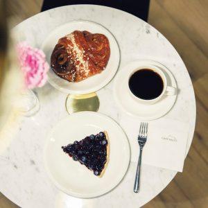 ヘルシンキの 1 号店のデザインを踏襲した店内では、本国での人気メニューもいただける。「シナモンロール」750円、「ブルーベリーパイ」750円。