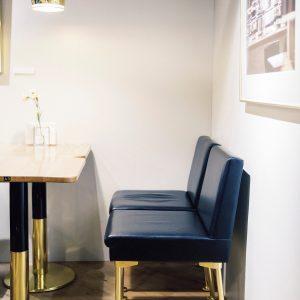 店内を照らすのは1937年にデザインされたペンダントランプ「ゴールデンベル」。黒いレザーと真鍮のフレームの椅子は〈CAFE AALTO〉だけが使用許諾を持つ貴重なもの。