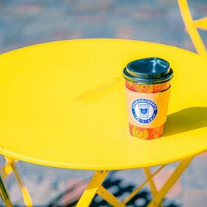丸の内仲通りの移動式コーヒースタンドでコーヒーを購入。