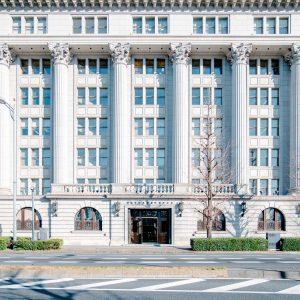 国の重要文化財である明治生命館は古典主義様式の建築物の中でも最高峰の美しさ。