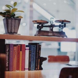 〈Marunouchi café〉は店の什器と雑貨のセンスがいい。