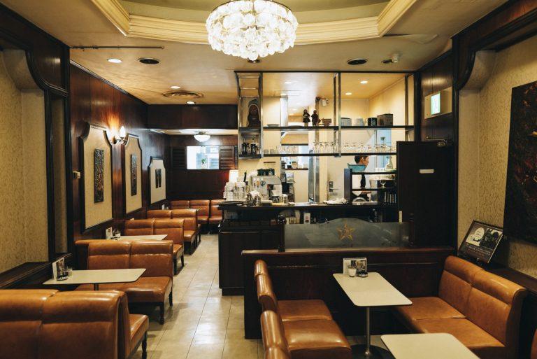 シャンデリアと革張りのシート、コーヒーカウンターとレトロな雰囲気漂う1階。開放感のある2階席もあり。