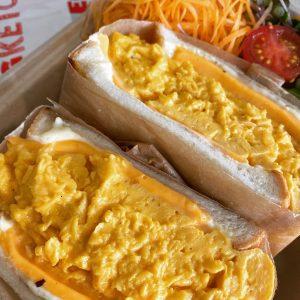 「オムレツサンドWチーズ」930円。※「セットサラダ」250円を付けられます。