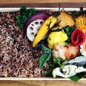 野菜、肉、魚料理を彩り豊かに詰め、容器などに一切プラスティック素材を使わない環境にも体にもやさしいお弁当。「折り箱弁当」1,404円。黒米入り玄米、肉・魚料理、季節野菜のデリ7〜8種。