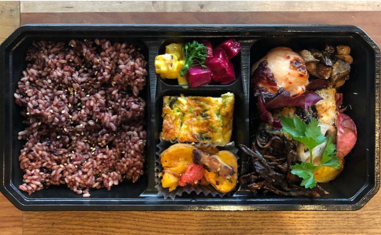 丁寧に仕込んだ肉料理、魚料、野菜のデリが味わえるカジュアルなお弁当。「SEEDLINGボックスL」1,080円。黒米入り玄米、肉・魚料理、季節野菜のデリ3種。
