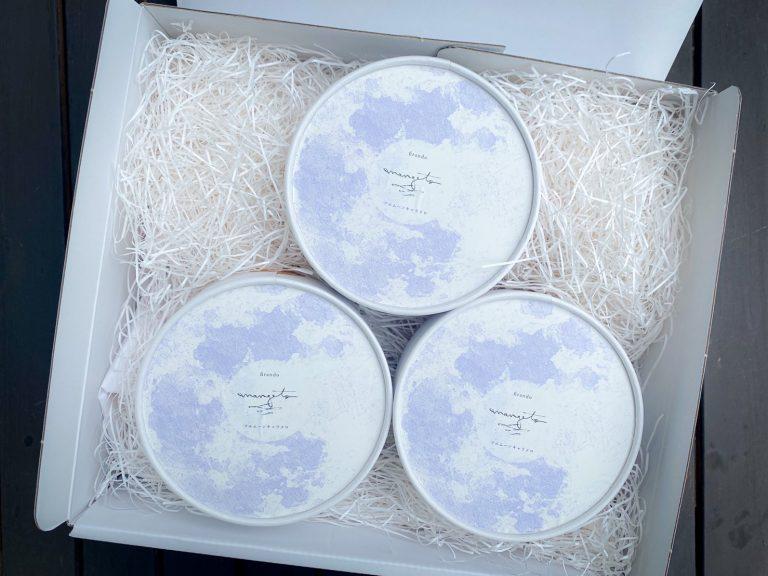 「MANGETSU.petit(3箱セット)」2,000円の包みを開けると、満月をイメージした可愛らしい箱が現れました。満月を愛でる、美しい日本の原風景。大切な人と、心地よい時間を分け合う、そんなメッセージが込められています。