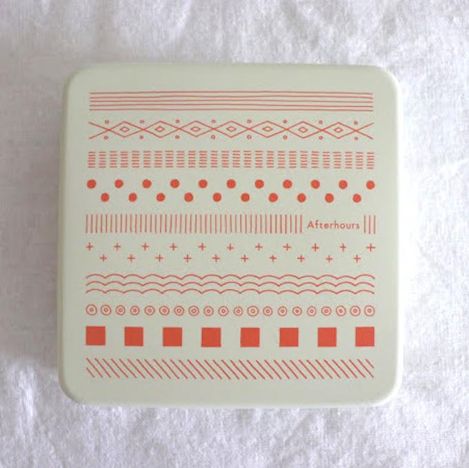 クッキー缶(サーモンピンク)2,480円。