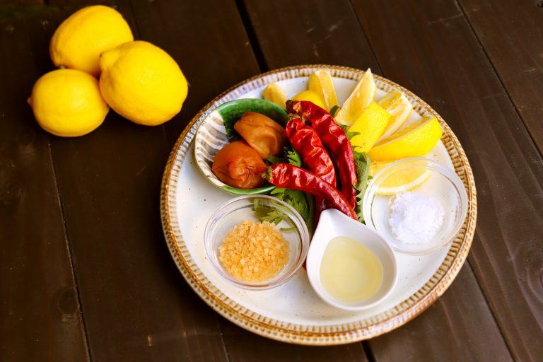 レモンサワーの素材を入れるだけ!おうちで楽しめる「レモンサワージタック弁当」1,000円(税込)。岩城島わらしべ。国産レモンカット(3個分)、和歌山県産おいしい梅干し(2個)、大葉、塩、鷹の爪、ザラメ、はちみつのセット。