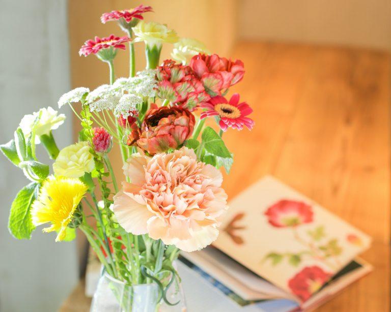 併設のフラワーショップにて、自宅用の花も合わせてテイクアウト可能。