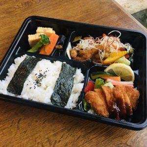 「日替わり幕の内弁当」800円。この日は酢豚&チキンカツ。