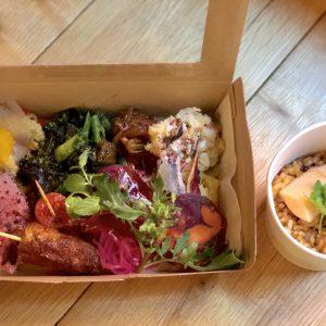「野菜たっぷり、お肉もしっかりタパス盛り合わせ+季節のパエジャ」2,000円(税込)。