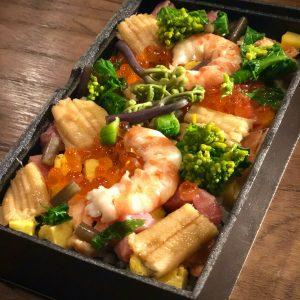 「チラシ寿司」約2人前3,000円。マグロなどの魚介類や季節の野菜を盛り合わせた贅沢な逸品。