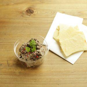 「自家製レバーペースト」480円(税込)。アイスランド産ラムレバー使用した、リピーターの多い人気おつまみNo.1!パーネカラザウ(イタリアの薄いパン)につけてどうぞ。