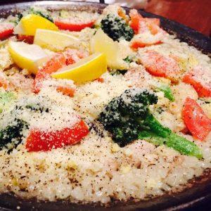 鶏肉と豆の塩パエリア「バレンシア風パエリア 2~3人前」2,400円(税込)。鶏白湯スープで炊き上げたご飯で作ります。