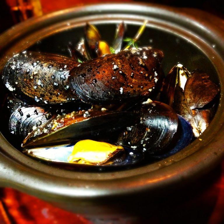 """たっぷりのムール貝を、スペインならではの""""シェリー酒""""で蒸した「ムール貝のシェリー酒蒸し」1,200円(税込)。"""