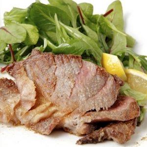 「イベリコ豚肩ロースステーキ 150g」1,600円(税込)。牛肉に負けない深い味わいと脂身の旨味が最高です。