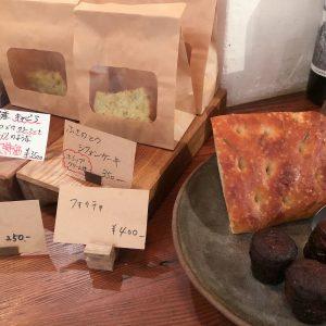店内ではお茶菓子やパンなども販売中。