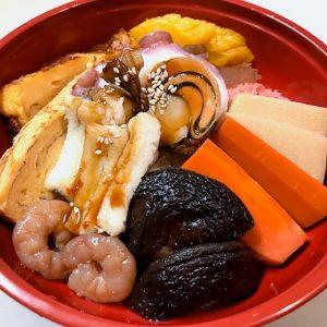 「煮付け丼」1200円(価格はすべて税込)。穴子や帆立など旬の野菜や魚介が約10種類。