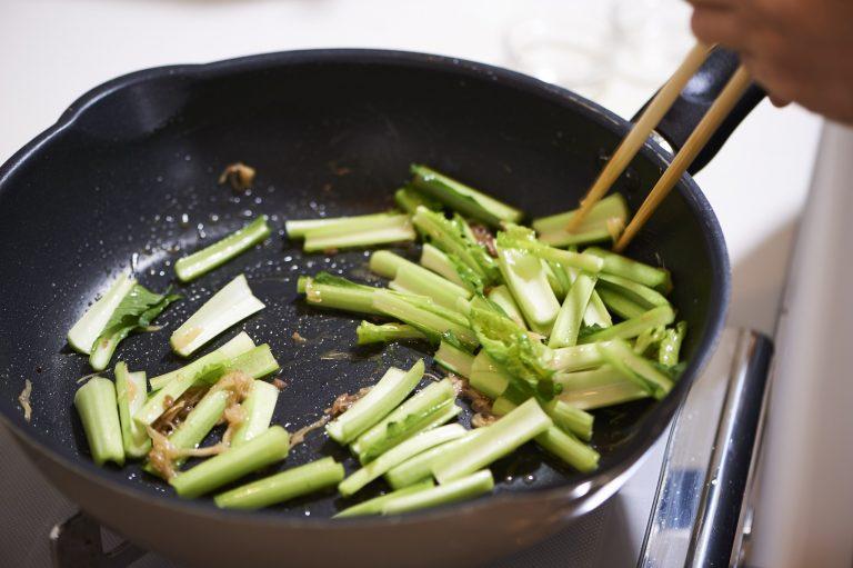 3.小松菜の茎を入れて炒め、次に葉を加え、酒をふりかけて、さらに炒める。最後にコショウを振り、器に盛って完成。味つけは酒盗だけ。火を通すことで調味料に早変わり!