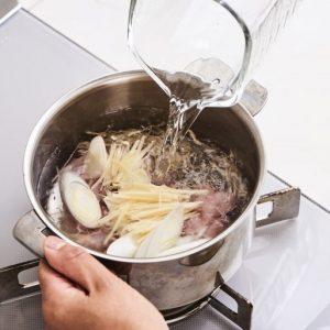 2.鍋に1と分量の水、酒を入れ、中火にかける。3.煮立ったら弱火にして5分煮る。