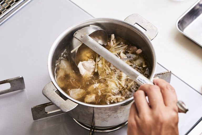 4.島っこ生のり佃煮、鶏ガラスープの素、塩を入れ、味を調えて器に盛り、クコの実を散らす。水から5分煮るだけ。簡単コク旨スープがすぐにできあがり!