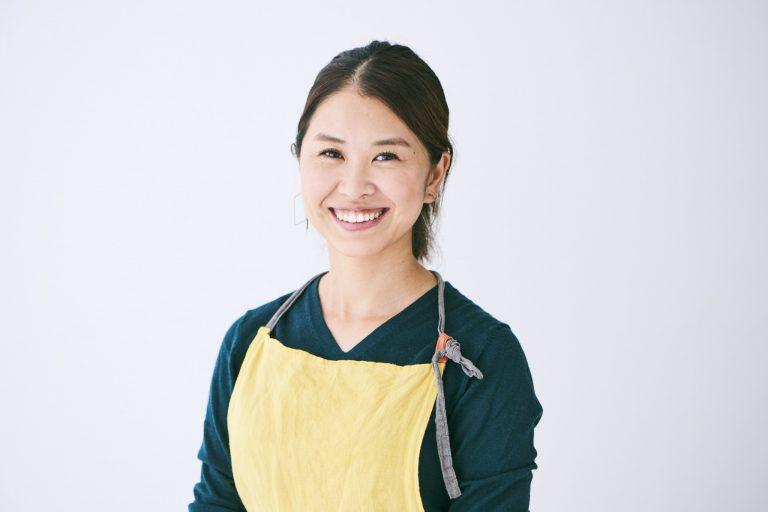 今回レシピを教えてくれた先生は…相川あんな(あいかわ・あんな)/東京生まれ。レストランや自然食品店で勤務後、旬の食材を使った多国籍自然派料理を作る〈あんな食堂〉としてケータリングを行う。  (Hanako1178号掲載/photo:Chihiro Oshima text & edit:Kayo Yabushita)