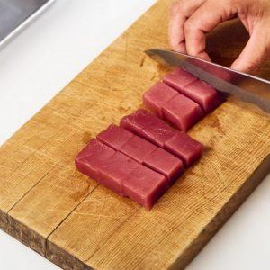 2.マグロは一口大の食べやすい大きさに切る。