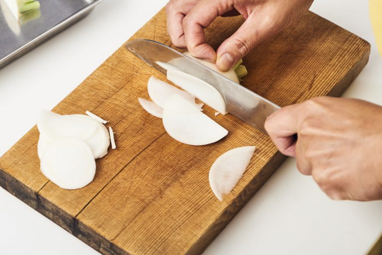 1.かぶをよく洗い、皮ごと薄切りにして塩でもみ、しんなりしたら水気を絞る。