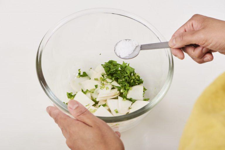 【Point】かぶの葉もあれば一緒に刻んで使う。150gのかぶ1個に対して、重量の2%の塩は約3g。