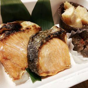 「鮭塩焼き弁当」1,200円(税込)。