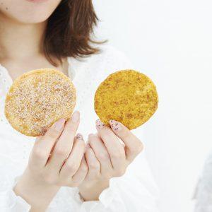 ありそうでなかった!〈銀座 松﨑煎餅〉の新ブランド 「やわかたこい。」でせんべいペアリングを体験。