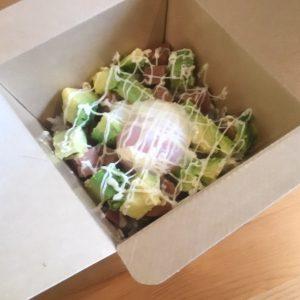 「アボカドスパム丼」900円(税込)。スパム、アボカド、温泉卵入り。マヨネーズ無しも可能。