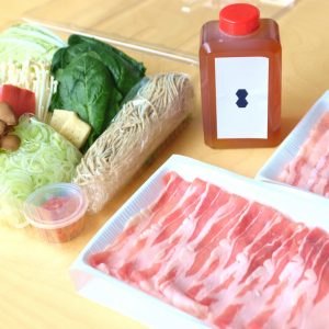 「厳選豚肉 出汁しゃぶセット」(2人前)3,055円。肉、野菜盛り、つけ出汁、刻みねぎ、柚子胡椒、生蕎麦付き。当日予約OK。