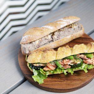 「パテ・ド・カンパーニュサンド」470円、「コーンパンサンド」470円。〈ジャンゴ〉のパンはランチ、朝食だけではなく、夕飯やお酒にもぴったり。