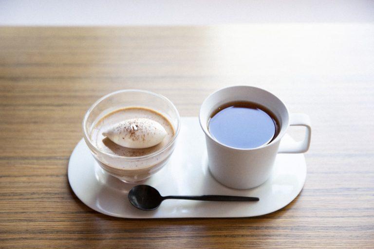 ベトナムの契約農家から仕入れた原料を、バーだけでなく、ボンボン、パフェなどさまざまに表現。「チョコレートプリンと和紅茶のセット」900円。和紅茶もサイフォンで淹れている。