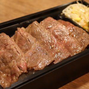 「特製赤身厚切りステーキ弁当」2,046円。