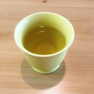 二煎目。温度は85度、湯量120mL、蒸らし時間30秒。 三煎目。温度は90度、湯量70mL。蒸らし時間45秒。 2つを混ぜていただきます。ふわっと開いた茶葉から香りがしっかり鼻を通る。そしてお茶の旨味や渋みが広がります。ぐっと淹れた後の二煎目は釜炒り茶の茶葉の魅力が詰まった飲み方なので、「これ、いつも飲んでるよね?」となるような、どこか懐かしい田舎の香りを感じます。