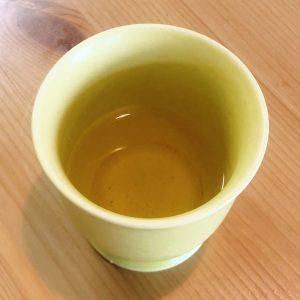 まずは一煎目。抽出レシピを忠実に再現して行きましょう。温度は90度、湯量は70mL、蒸らし時間15秒。 高温で思いっきり香りを出し切る飲み方。一煎目は香りをしっかり堪能しつつ、高温で淹れてもあまり苦味が出ないのでくいっと一杯でいただけちゃいます。色は黄金色で、見た目も中国茶には近いですが、中国茶独特の渋みがなく、釜炒りの炒った香りがダイレクトにシュートしてくれます。