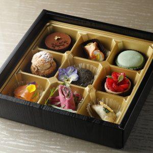 「AFTERNOON TEA BOX」3,800円。アルマーニスタイルの優雅なアフタヌーンティーを楽しめる、4種のセイボリーと5種のドルチェ入り。