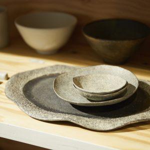 笠間の陶芸家、菊地亨さんによるオリジナルの器は販売も行う。