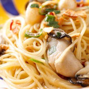 牡蠣の燻製オイルを使用した「牡蠣オイルのペペロンチーノ」700円。