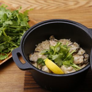 牡蠣の出汁が効いた「カオマンガキ(二人前)」1,000円。※+200円でパクチー増量可。