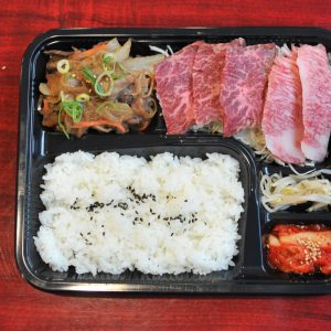 熟成ハラミ、和牛カルビ、スタミナすき焼きの「3種ミックス弁当」1,000円。