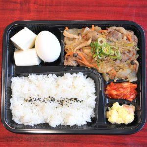 「スタミナすき焼き弁当」800円は、温泉卵とお豆腐付き。