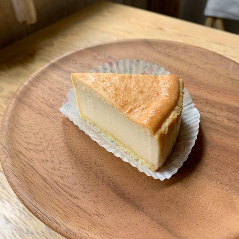 「NYチーズケーキ」480円。北海道産のクリームチーズ、ジョージさんの農場の平飼い卵を贅沢に使い、時間をかけてしっとり焼きあげました。ほどよくチーズの濃厚さを感じられるよう工夫しました。
