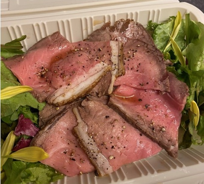 「ローストビーフ丼」1,100円 (税込)。付け合わせは日によって変更。プラス 100円で温玉がトッピングできます。