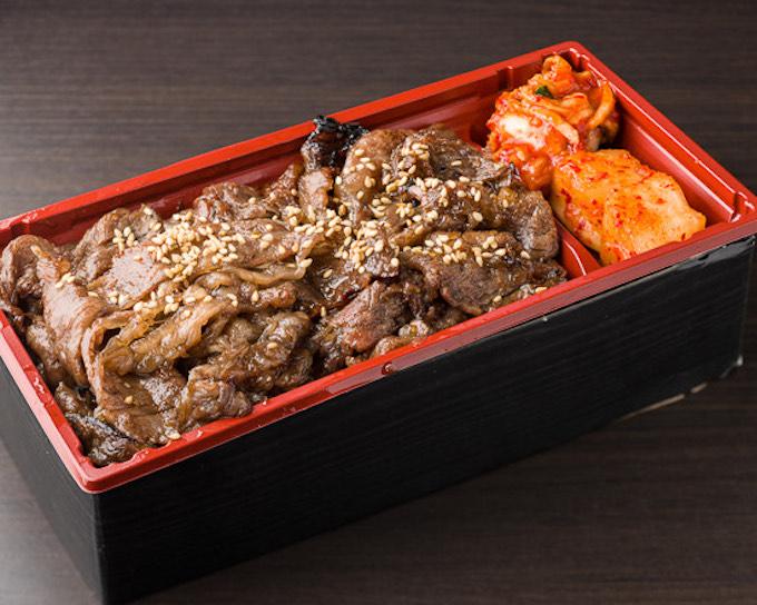 「炭火焼肉弁当」1,800円(税込)。当店スタンダードの焼肉弁当。秘伝のタレで味付けした焼肉と、京都の米料亭〈八代目儀兵衛〉のご飯を味わえる。