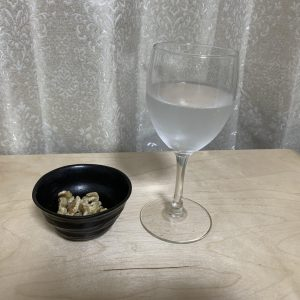 主婦の保城早耶香さんは、いただきもののスパークリングワインと、ダイエットにいいという素焼きのくるみを。