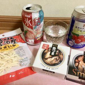 食品商社広報担当の柚木彩花さんは、さっぱりした喉越しのチューハイに、PRを担当している〈K&K〉の「缶つま」とさきいか。