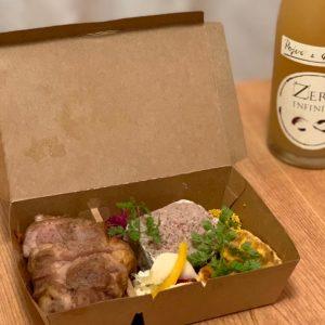 飲食業界PRの今井未央さんは、恵比寿にあるレストラン〈ビストロフジ〉でテイクアウトしたおつまみとワイン。新型コロナウイルスの関係で、今ならお酒も販売しているそう!